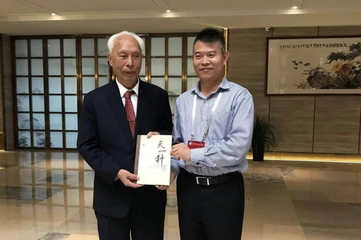 The master of TCM Liu Zhiming Hold 《UTCMH SCIENCE OF ACUPUNCTURE》with professor Li Ronggang
